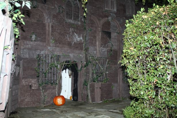 jonathan-ross-has-the-exterior-of-his-house-decorated-for-halloween