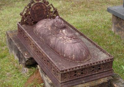 victorian-cast-iron-grave-monument-detail
